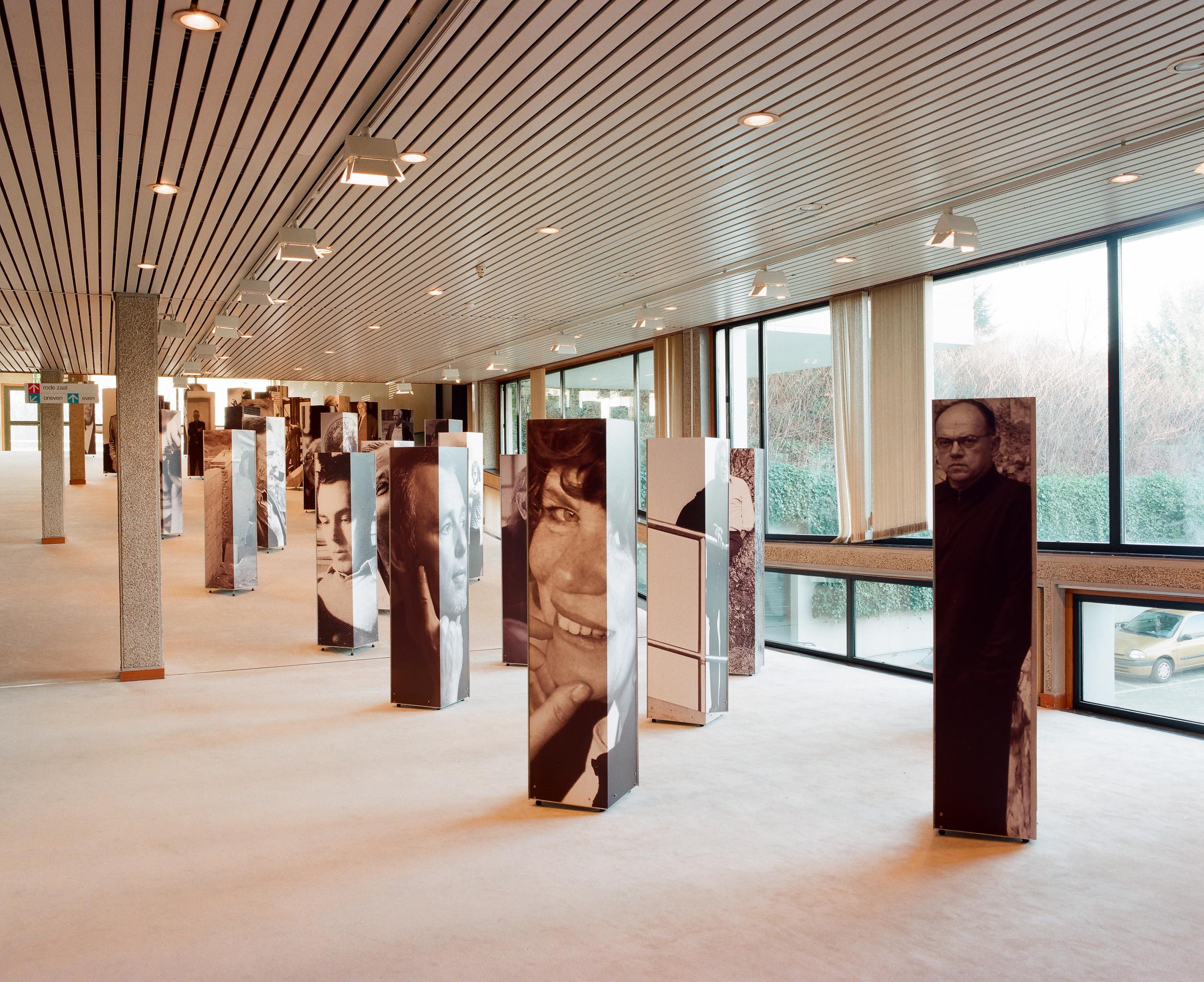 Samen met Archiefbank Vlaanderen zoekt TRACKS in 2015 en 2016 kunstenerfgoed om te registreren in Archiefbank. Samen plaatsen we ook een aantal archieven in de kijker waaronder nu het architectuurarchief van deSingel en het archief van beeldend kunstenaar Luc Peire.