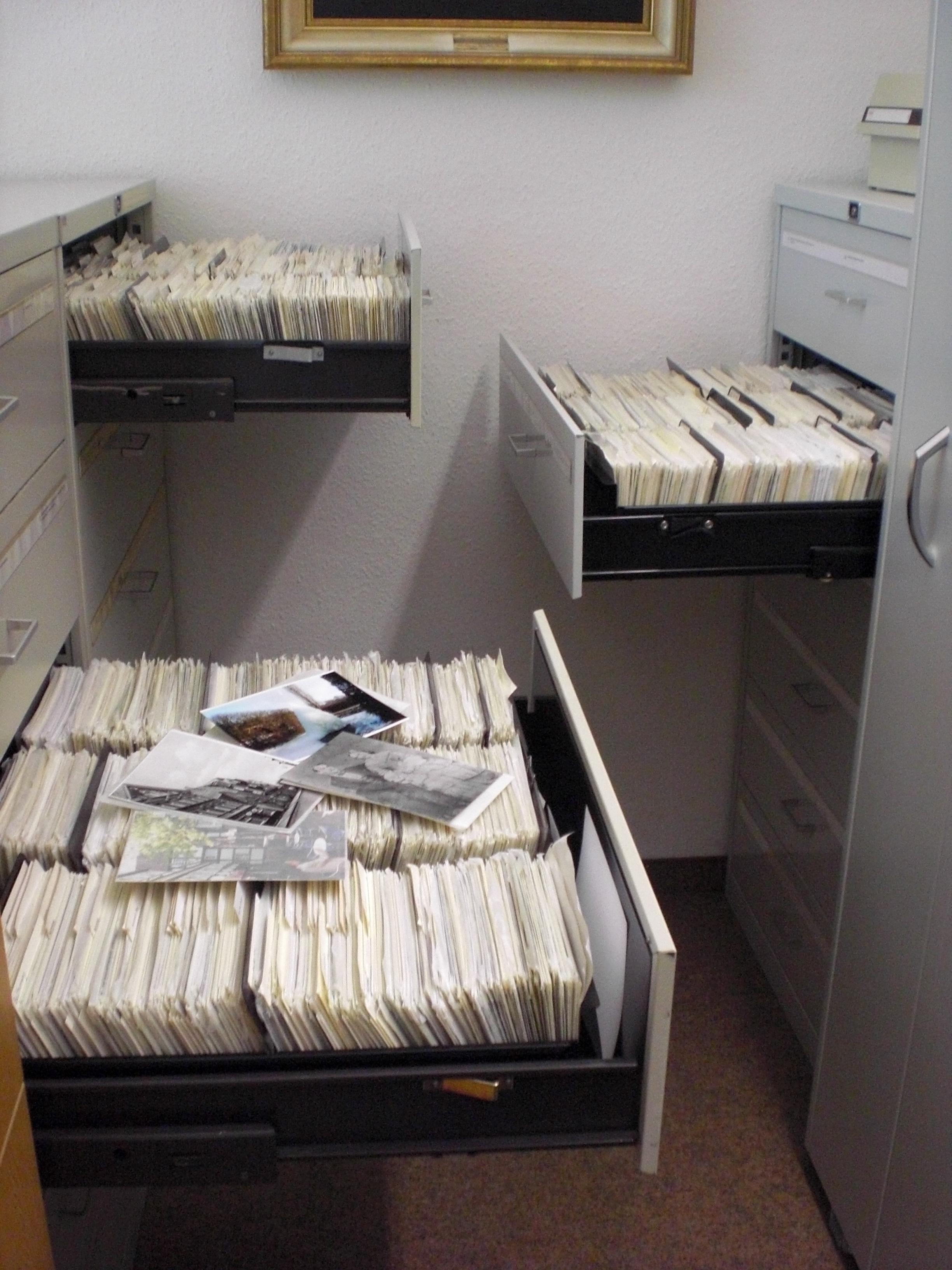 In sommige gevallen kan je er voor opteren (een deel van) je collectie onder te brengen bij een professionele collectiebeherende instelling. In Vlaanderen en Brussel zijn er tal van professionele bewaarinstellingen aanwezig. Ze staan op alle niveaus (landelijk, regionaal, lokaal) klaar om de verscheidenheid aan archivalisch erfgoed op te vangen, te bewaren, te beheren en te valoriseren voor het wetenschappelijk onderzoek en het grote publiek.