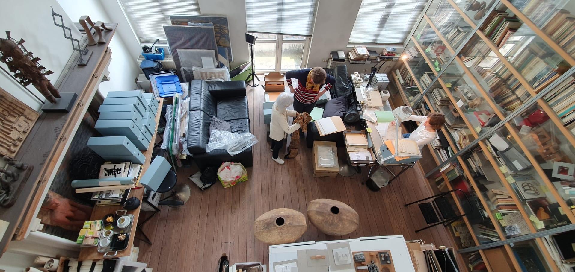 Als je een archief en/of collectie(s) zodanig wil bewaren zodat de gegevens en informatie niet verloren gaan, is het van belang dit op een duurzame manier te doen. Verschillende types van documenten en objecten moeten ook op een verschillende manier worden bewaard. Archieven en collecties van kunstenaars en kunstenorganisaties bevatten immers vaak verschillende soorten materiaal zoals papier, textiel, hout, metaal en plastic. Dit zijn materialen die specifieke aandacht vereisen. Het correct verpakken van archiefstukken – of documenten is een essentieel onderdeel. Ook voor je archief en/of collectie(s) geldt dat voorkomen beter is dan genezen. Ze worden meestal bewaard waar er plaats is en waar ze gemakkelijk toegankelijk zijn. Toch is het belangrijk dat je de risico's kent die eigen zijn aan de bewaarruimte. Door risico's waar mogelijk uit te sluiten, beperk je de te voorziene schade.