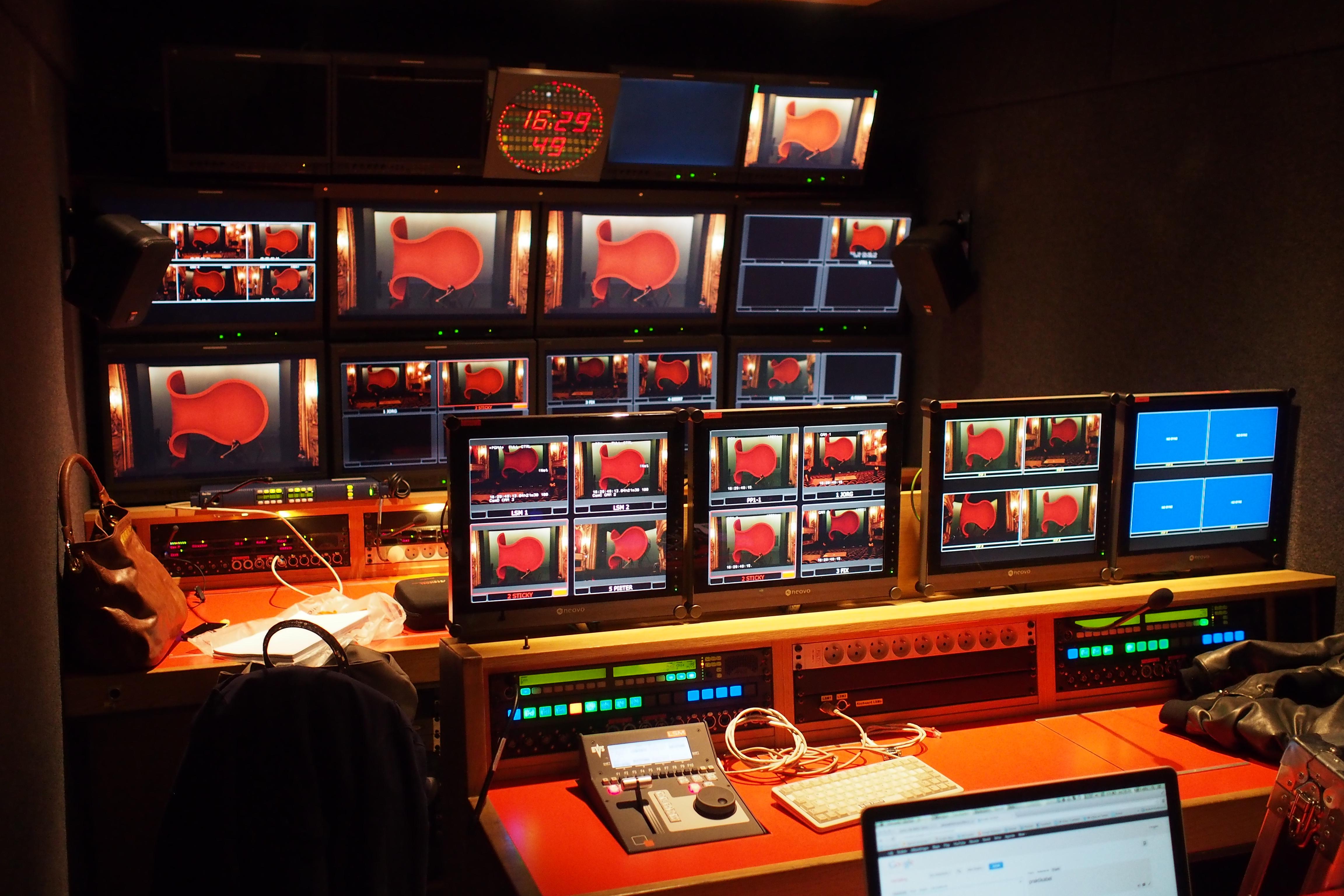 Veel operahuizen openen tijdens de coronacrisis digitaal hun deuren. De Koninklijke Muntschouwburg, het operahuis in Brussel, biedt al sinds 2011 een online programmering aan. Na iedere laatste voorstelling staat de productie minimaal drie weken online. Kosteloos te bekijken, voor iedereen. 'Wij worden gesubsidieerd door de Belgische overheid. Dus in feite door alle Belgen. Daarom willen wij onze voorstellingen voor een zo breed publiek mogelijk beschikbaar maken', vertelt Jo Nicolaï, hoofd opnames en audiovisuele producties.
