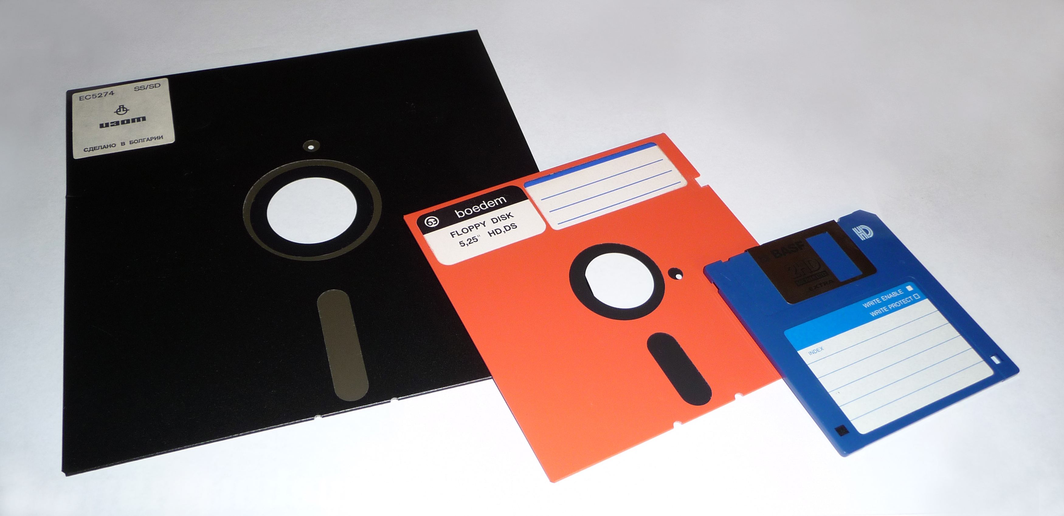 What if your archive contains carriers such as CD-ROMs, floppy disks, DVDs and external hard drives? If you simply store these carriers without any additional preparation, there's a good chance that the files saved on them will eventually become unreadable. The carriers can deteriorate or wear out over time, e.g. as a result of bit rot. There's also a good chance that the hardware (and associated software) required to read the carrier will ultimately become obsolete. The best thing you can do in this situation, therefore, is to copy the files to a reliable storage system with as few modifications as possible. But how do you go about this?
