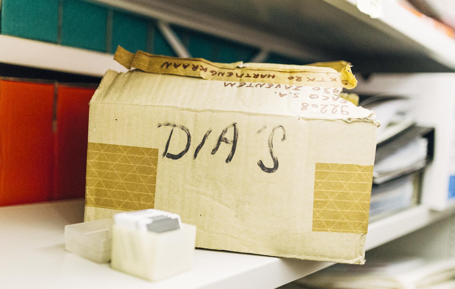 De KVS nam deel aan het archiefdoorlichtingsproject voor podiumkunstenorganisaties van PACKED en Het Firmament. Het hieruit resulterende evaluatierapport bevatte een takenlijst die bij uitvoering op korte termijn het archiefbeheer kon optimaliseren. Om enkele van deze taken uit te voeren stelde de KVS een jobstudent aan. Op een korte tijd werd de archiefruimte onder handen genomen, het aanwezige archief in kaart gebracht, een nieuwe overdracht naar het AMVB voorbereid en wanneer gepast archief vernietigd.